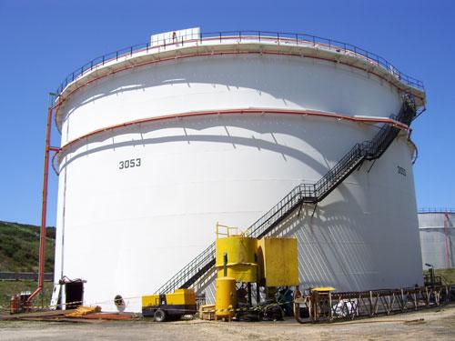 Trabajos de reparación metalúrgica de tanques petrolíferos en el Complejo Industrial de Repsol